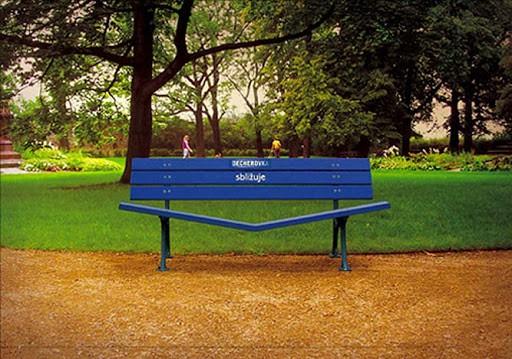 Parkbänkar med reklam för sprit